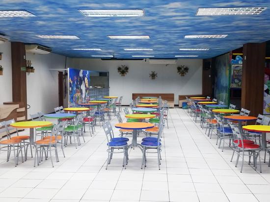 Área com mesas